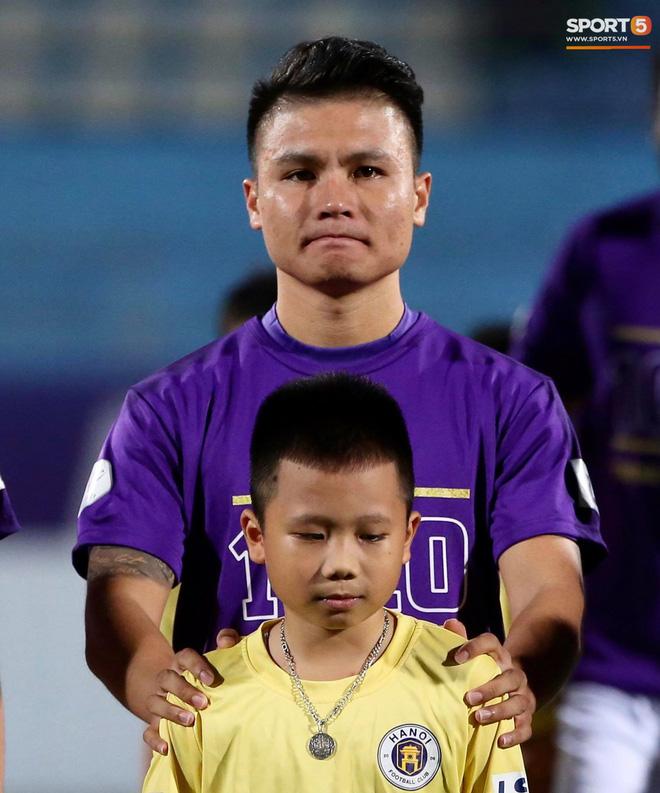 Huỳnh Anh chiếm spotlight khi đến sân cổ vũ Quang Hải, lộ gương mặt khác lạ không giống hình đăng Facebook - Ảnh 9.
