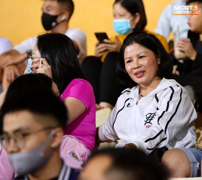 Huỳnh Anh chiếm spotlight khi đến sân cổ vũ Quang Hải, lộ gương mặt khác lạ không giống hình đăng Facebook - Ảnh 10.
