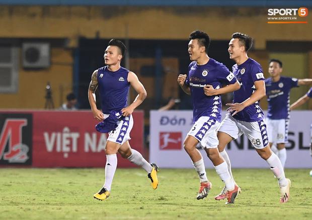 Quang Hải nhảy múa trong vòng cấm, hết kiếm penalty lại ghi bàn đẳng cấp giúp CLB Hà Nội đè bẹp CLB TP.HCM - Ảnh 10.