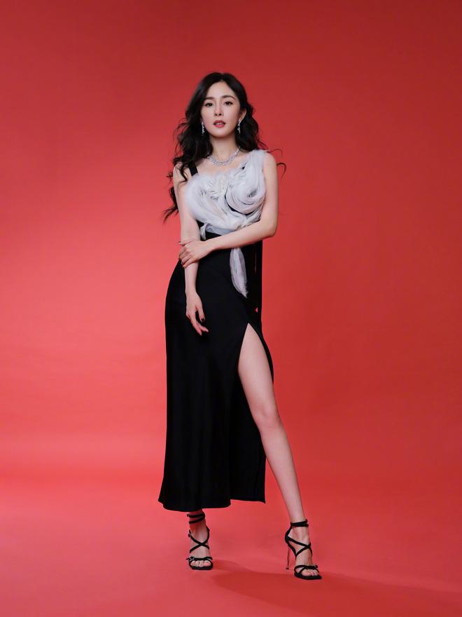 """Dương Mịch """"bùng nổ"""" nhan sắc tại sự kiện: Váy xẻ cao khoe chân tuyệt mỹ, kéo đến ảnh camera thường choáng hơn - Ảnh 6."""