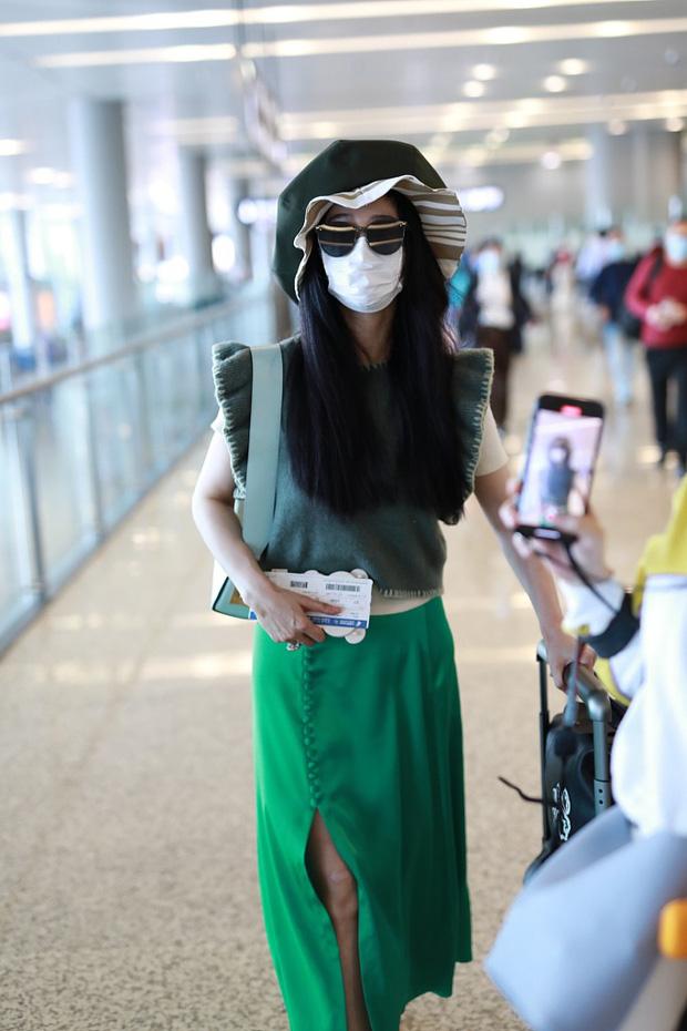 Phạm Băng Băng tiếp tục chơi nổi tại sân bay: Diện mũ to tổ chảng, trang phục khiến ai cũng phải thắc mắc - Ảnh 2.