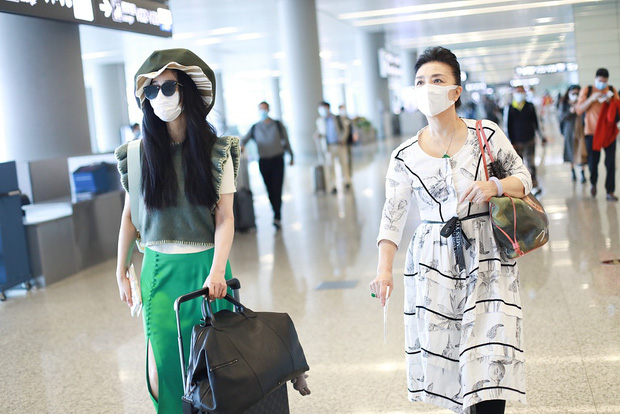 Phạm Băng Băng tiếp tục chơi nổi tại sân bay: Diện mũ to tổ chảng, trang phục khiến ai cũng phải thắc mắc - Ảnh 6.