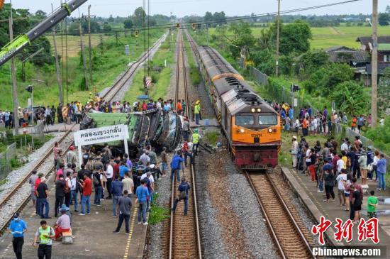 Thái Lan: Xe buýt va chạm mạnh với tàu hỏa khiến hàng chục người chết và thương vong - Ảnh 1.