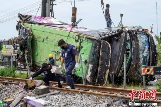 Thái Lan: Xe buýt va chạm mạnh với tàu hỏa khiến hàng chục người chết và thương vong - Ảnh 2.