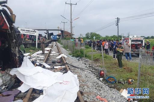 Thái Lan: Xe buýt va chạm mạnh với tàu hỏa khiến hàng chục người chết và thương vong - Ảnh 3.