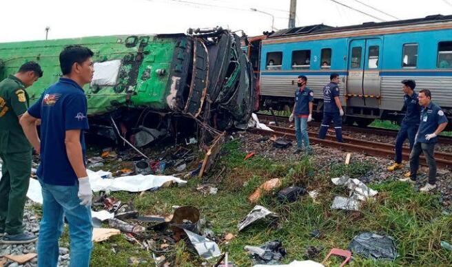 Thái Lan: Xe buýt va chạm mạnh với tàu hỏa khiến hàng chục người chết và thương vong - Ảnh 5.