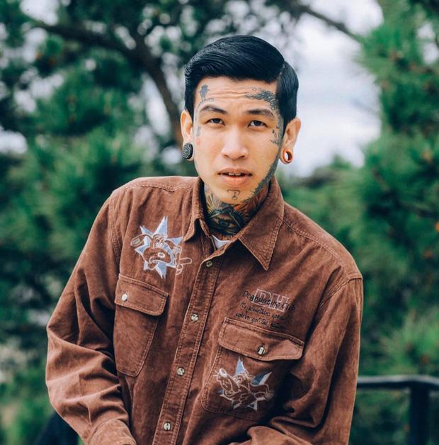 Thí sinh đầu tiên vào chung kết Rap Việt: Cơ cực mưu sinh và ý nghĩa hình xăm trên cơ thể - Ảnh 3.