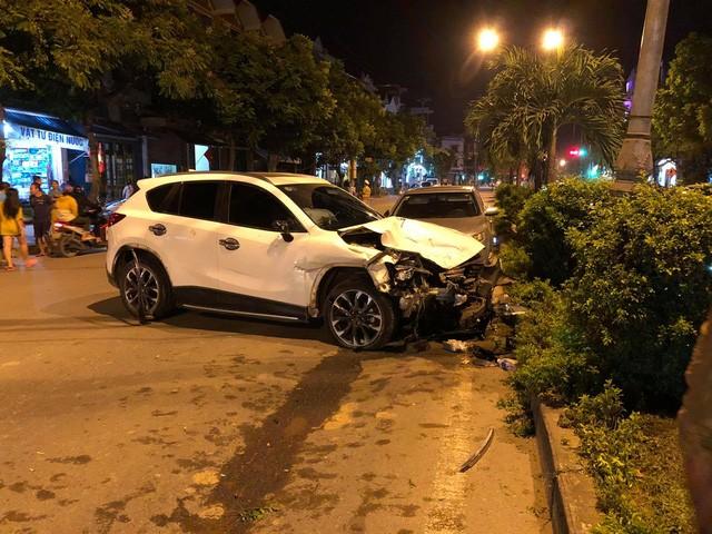 Hiện trường vụ xe ô tô CX5 gây tai nạn liên hoàn ở Hà Nội - Ảnh 2.