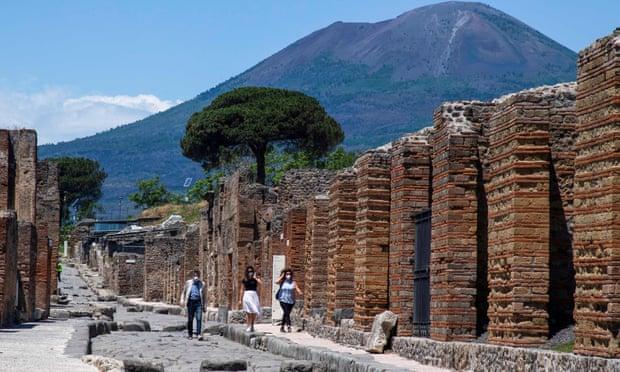 Nữ du khách trả lại cổ vật trộm 15 năm trước vì bị dính lời nguyền - Ảnh 1.