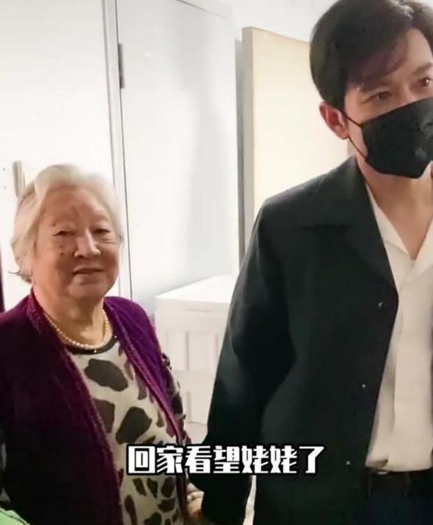 Cuộc sống gia đình đáng báo động của Angela Baby - Huỳnh Hiểu Minh: Chồng về quê, vợ một mình bế con đi chơi nơi khác - Ảnh 3.