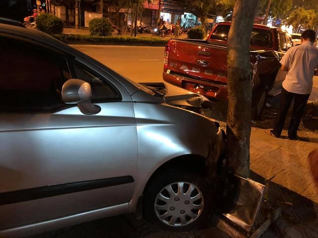 Hiện trường vụ xe ô tô CX5 gây tai nạn liên hoàn ở Hà Nội - Ảnh 4.