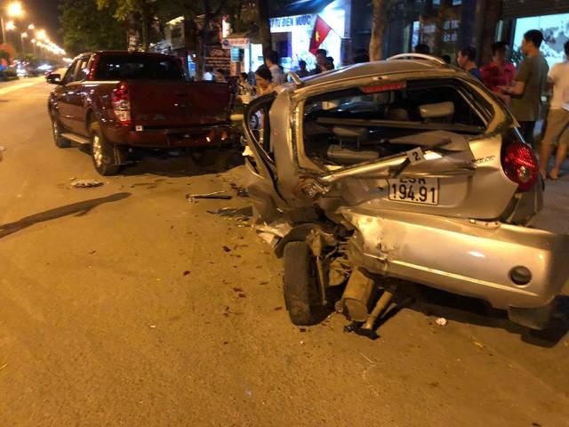 Hiện trường vụ xe ô tô CX5 gây tai nạn liên hoàn ở Hà Nội - Ảnh 6.