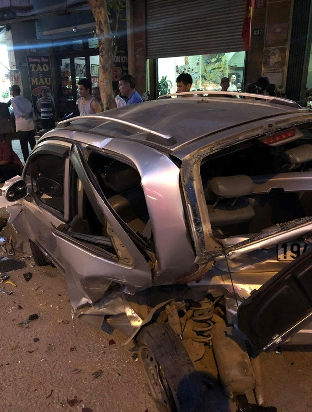 Hiện trường vụ xe ô tô CX5 gây tai nạn liên hoàn ở Hà Nội - Ảnh 8.