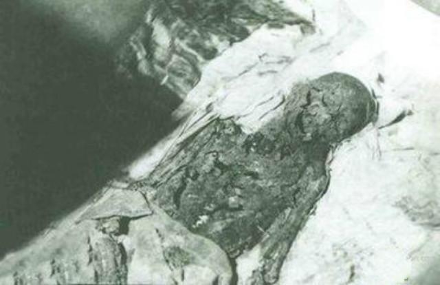 Lôi thi thể Càn Long ra khỏi quan tài, lột áo bào của Từ Hi Thái hậu - Kẻ trộm mộ ngang ngược này là ai? - Ảnh 7.