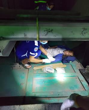 Cảnh sát đu dây cứu người phụ nữ rơi xuống hố kỹ thuật sâu 8m của thang máy - Ảnh 1.