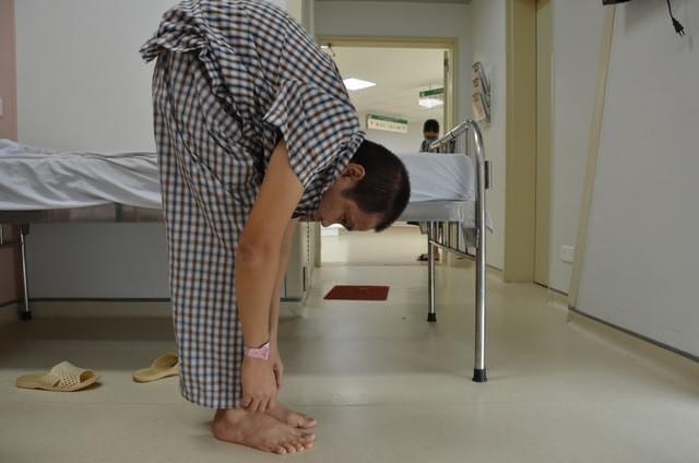 Hà Nội: Kỳ lạ người đàn ông lưng gãy gập như tôm suốt 22 năm, phải nằm bàn mổ đặc biệt - Ảnh 3.