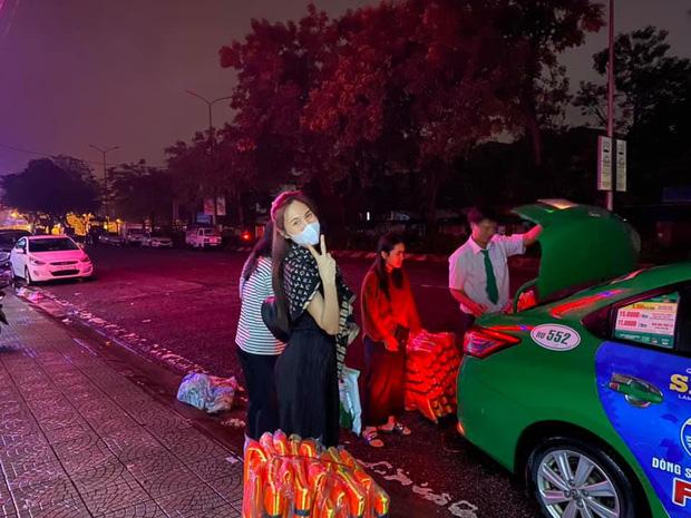 Phỏng vấn nóng Thuỷ Tiên đến Huế cứu trợ miền Trung: Đã kêu gọi được hơn 8 tỷ, bán hết hột xoàn làm từ thiện và chưa kịp báo chồng - Ảnh 1.