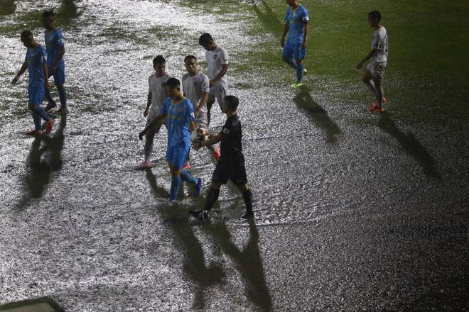 Mưa lớn biến SVĐ thành bể bơi, hai CLB Việt Nam buộc phải đá tiếp vào khung giờ hy hữu - Ảnh 1.