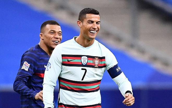 Những hình ảnh đầu tiên của Ronaldo sau khi mắc Covid-19  - Ảnh 1.