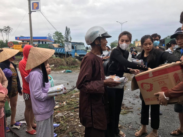 Ngay lúc này tại Huế: Thủy Tiên livestream phát nhu yếu phẩm, bà con vùng lũ mừng rơi nước mắt, khoản cứu trợ đã chạm mốc 10 tỷ - Ảnh 1.