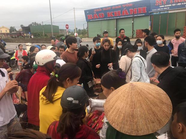 Ngay lúc này tại Huế: Thủy Tiên livestream phát nhu yếu phẩm, bà con vùng lũ mừng rơi nước mắt, khoản cứu trợ đã chạm mốc 10 tỷ - Ảnh 2.