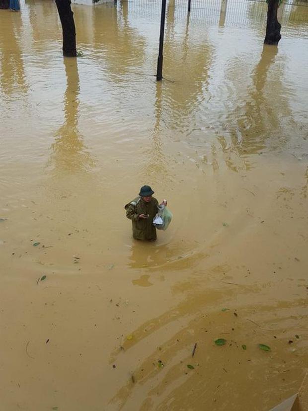 Thầy Hiệu trưởng chèo đò, lội nước mang cơm cho sinh viên đang sống giữa tâm lũ - Ảnh 2.