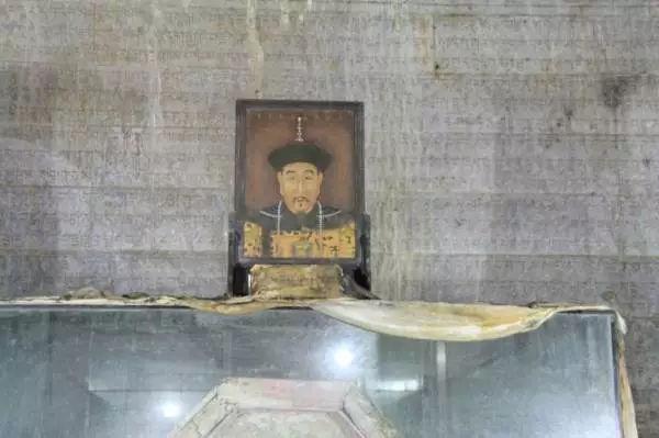 Lôi thi thể Càn Long ra khỏi quan tài, lột áo bào của Từ Hi Thái hậu - Kẻ trộm mộ ngang ngược này là ai? - Ảnh 10.