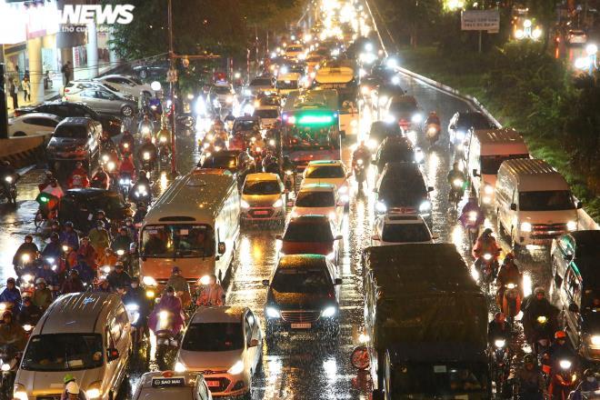 [Ảnh, clip]: Ảnh hưởng bão số 7, Hà Nội mưa tầm tã, nhiều đoạn đường tắc nghẽn sau giờ cao điểm - Ảnh 5.