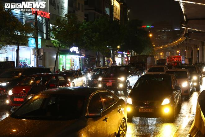 [Ảnh, clip]: Ảnh hưởng bão số 7, Hà Nội mưa tầm tã, nhiều đoạn đường tắc nghẽn sau giờ cao điểm - Ảnh 6.