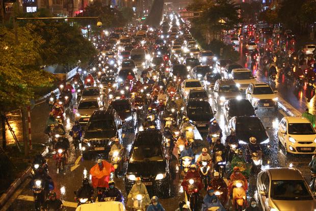 [Ảnh, clip]: Ảnh hưởng bão số 7, Hà Nội mưa tầm tã, nhiều đoạn đường tắc nghẽn sau giờ cao điểm - Ảnh 1.
