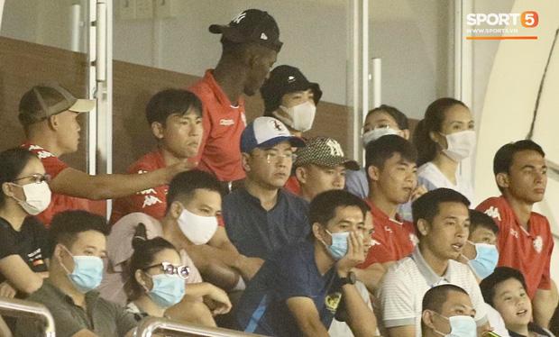 Hình ảnh gây lú: Em gái Công Phượng bị nhận nhầm là Viên Minh khi cùng anh trai đến sân Thống Nhất xem bóng đá - Ảnh 2.