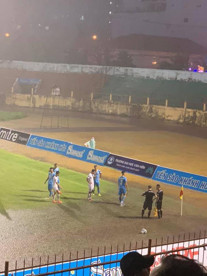 Mưa lớn biến SVĐ thành bể bơi, hai CLB Việt Nam buộc phải đá tiếp vào khung giờ hy hữu - Ảnh 3.