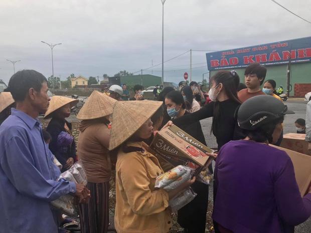 Ngay lúc này tại Huế: Thủy Tiên livestream phát nhu yếu phẩm, bà con vùng lũ mừng rơi nước mắt, khoản cứu trợ đã chạm mốc 10 tỷ - Ảnh 3.
