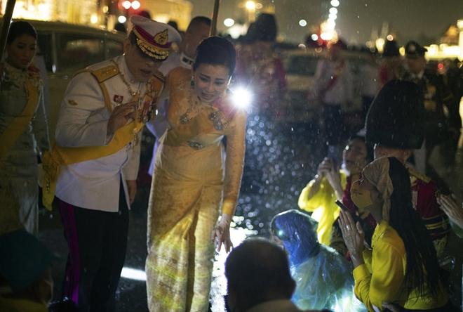 Nhà vua Thái Lan vẫy chào người dân dưới mưa dù biểu tình lan rộng - Ảnh 3.