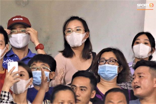 Hình ảnh gây lú: Em gái Công Phượng bị nhận nhầm là Viên Minh khi cùng anh trai đến sân Thống Nhất xem bóng đá - Ảnh 3.