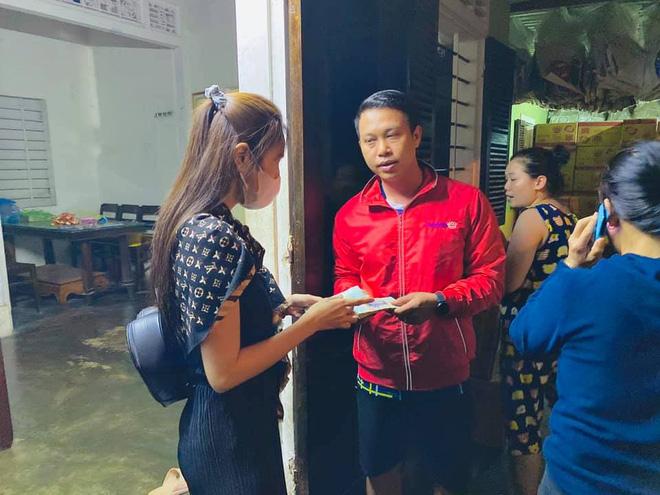 Phỏng vấn nóng Thuỷ Tiên đến Huế cứu trợ miền Trung: Đã kêu gọi được hơn 8 tỷ, bán hết hột xoàn làm từ thiện và chưa kịp báo chồng - Ảnh 4.