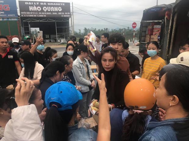 Ngay lúc này tại Huế: Thủy Tiên livestream phát nhu yếu phẩm, bà con vùng lũ mừng rơi nước mắt, khoản cứu trợ đã chạm mốc 10 tỷ - Ảnh 4.