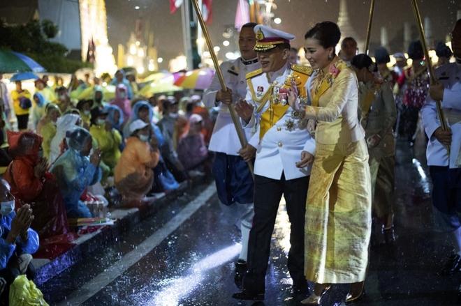Nhà vua Thái Lan vẫy chào người dân dưới mưa dù biểu tình lan rộng - Ảnh 4.