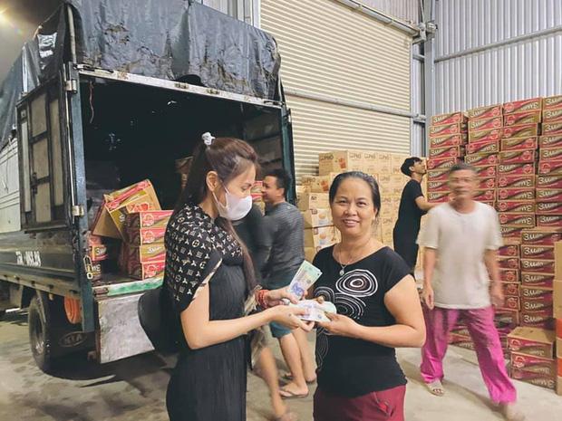 Ngay lúc này tại Huế: Thủy Tiên livestream phát nhu yếu phẩm, bà con vùng lũ mừng rơi nước mắt, khoản cứu trợ đã chạm mốc 10 tỷ - Ảnh 5.