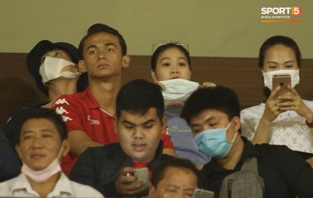 Hình ảnh gây lú: Em gái Công Phượng bị nhận nhầm là Viên Minh khi cùng anh trai đến sân Thống Nhất xem bóng đá - Ảnh 6.