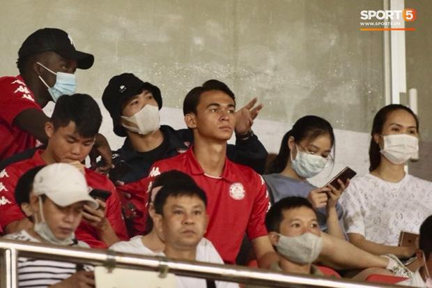 Hình ảnh gây lú: Em gái Công Phượng bị nhận nhầm là Viên Minh khi cùng anh trai đến sân Thống Nhất xem bóng đá - Ảnh 7.