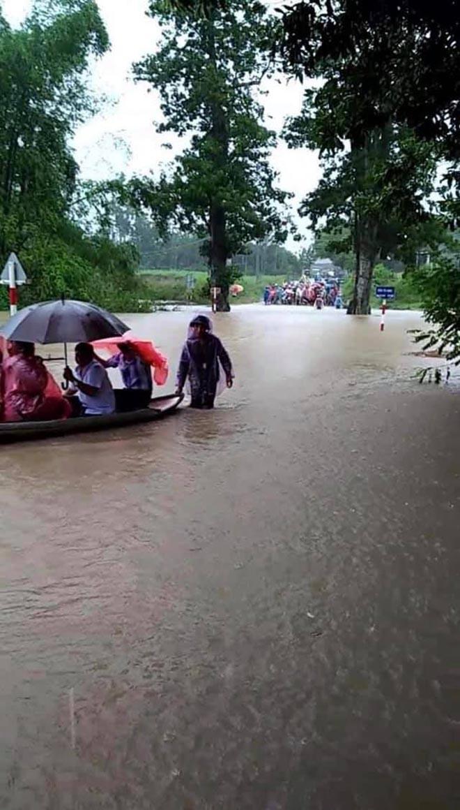 Khách mời đi đò, xe tải dự đám cưới Thảo Trang và chồng kém 8 tuổi vì mưa lũ - Ảnh 6.