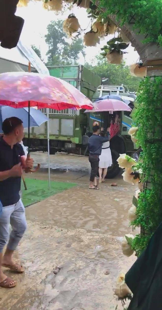 Khách mời đi đò, xe tải dự đám cưới Thảo Trang và chồng kém 8 tuổi vì mưa lũ - Ảnh 5.