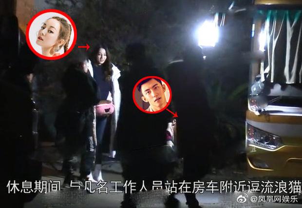 Địch Lệ Nhiệt Ba lại bị đào tiếp khoảnh khắc âm thầm qua đêm ở nhà Hoàng Cảnh Du ngay thời điểm cùng đóng phim - Ảnh 14.