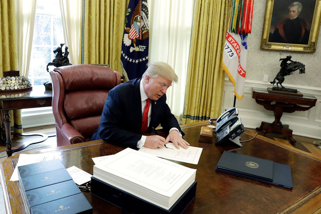 Chấm điểm các chính sách kinh tế của Tổng thống Trump - Ảnh 1.