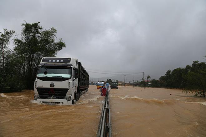 Có thể xuất hiện lũ đặc biệt lớn từ Hà Tĩnh đến Huế; Áp thấp gây sóng cao tới 4m ở biển Quảng Trị, Quảng Ngãi - Ảnh 2.