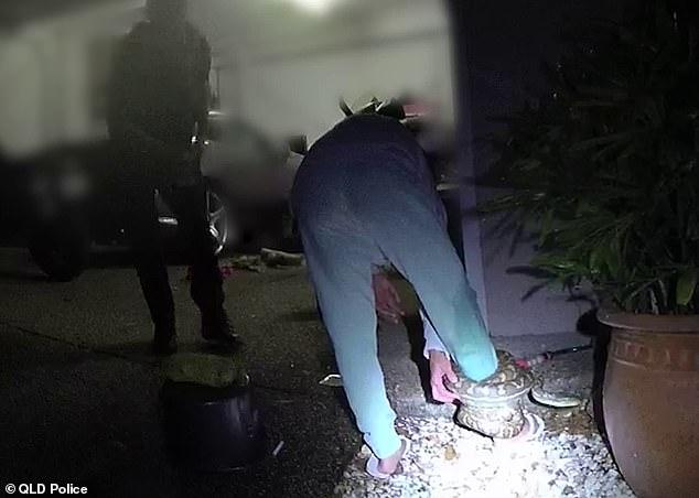 Màn giải cứu hi hữu khiến người xem dựng tóc gáy: Trăn thảm quấn chặt chân người, cảnh sát phải giải nguy - Ảnh 2.