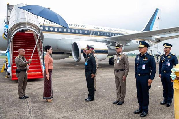 [ẢNH] Hoàng quý phi Thái Lan tái xuất tươi tắn sau ngày phục vị, thực hiện nhiệm vụ hoàng gia một mình - Ảnh 2.