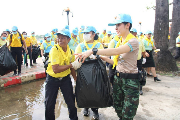 [ẢNH] Hoàng quý phi Thái Lan tái xuất tươi tắn sau ngày phục vị, thực hiện nhiệm vụ hoàng gia một mình - Ảnh 4.