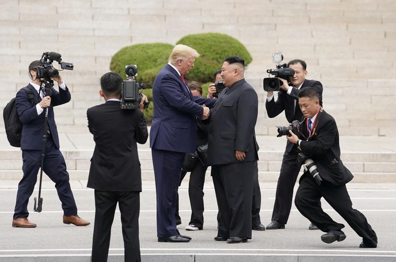 16 khoảnh khắc đáng nhớ trong nhiệm kỳ đầu tiên của Tổng thống Donald Trump qua ảnh Reuters - Ảnh 13.